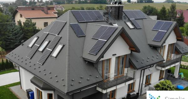 panele fotowoltaiczne w różnych miejscach na dachu domu