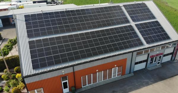 ogromna instalacja fotowoltaiczna na dachu