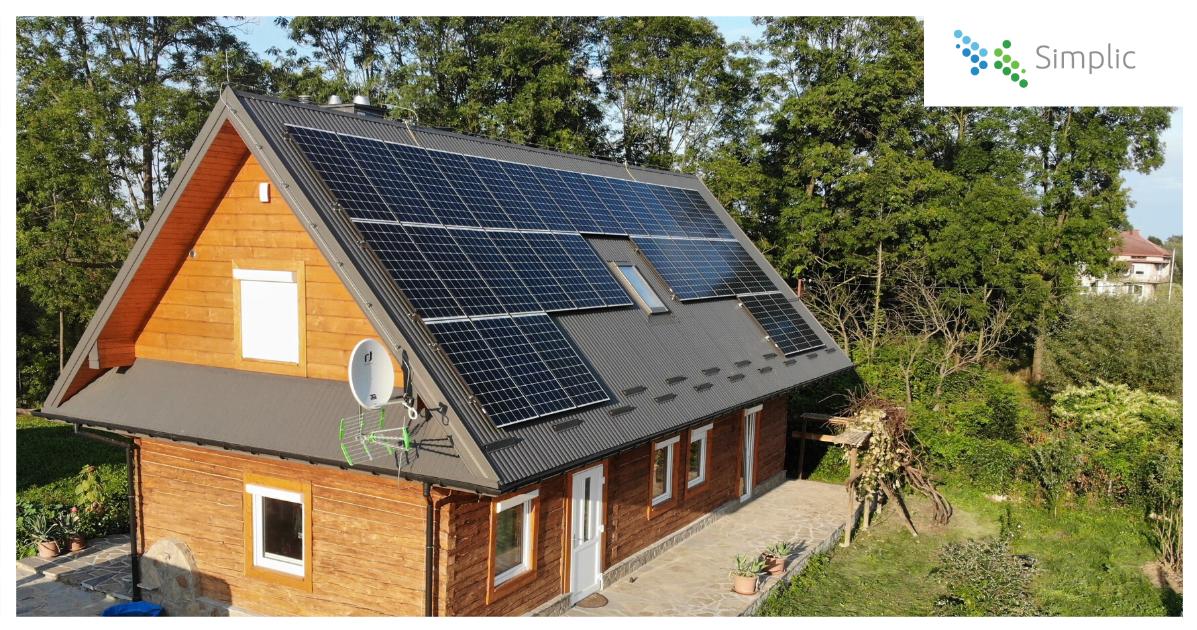 panele monokrystaliczne na dachu drewnianego domku jednorodzinnego