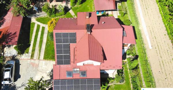 |dach z panelami słonecznymi z lotu ptaka